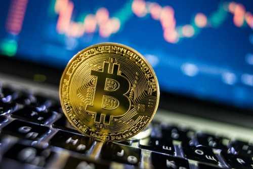 Цена биткоина впервые с февраля превысила отметку в $10 200
